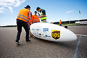 In Lelystad testen Iris Slappendel en Aniek Rooderkerken de VeloX 7 op de RDW baan. In september wil het Human Power Team Delft en Amsterdam, dat bestaat uit studenten van de TU Delft en de VU Amsterdam, tijdens de World Human Powered Speed Challenge in Nevada een poging doen het wereldrecord snelfietsen voor vrouwen te verbreken met de VeloX 7, een gestroomlijnde ligfiets. Het record is met 121,44 km/h sinds 2009 in handen van de Francaise Barbara Buatois. De Canadees Todd Reichert is de snelste man met 144,17 km/h sinds 2016.<br /> <br /> In Lelystad Iris Slappendel and Aniek Rooderkerken test the VeloX 7 at the RDW track. With the VeloX 7, a special recumbent bike, the Human Power Team Delft and Amsterdam, consisting of students of the TU Delft and the VU Amsterdam, also wants to set a new woman's world record cycling in September at the World Human Powered Speed Challenge in Nevada. The current speed record is 121,44 km/h, set in 2009 by Barbara Buatois. The fastest man is Todd Reichert with 144,17 km/h.