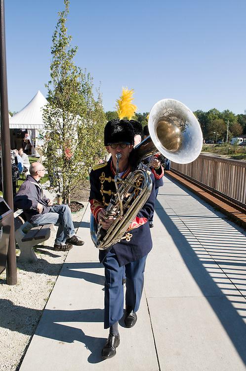 Nederland, Vught, 20101010..Het 125-jarig bestaan van Zorgpark Voorburg in Vught..Bewoners en bezoekers van het park vermaken zich prima tijdens de festiviteiten. Een fanfare luistert de festiviteiten op.