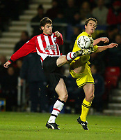 Photograph: Scott Heavey.<br />Southampton v Charlton Athletic. FA Barclaycard Premiership. 07/12/2003.<br />Rory Delap (L) and Scotty Parker battle for the ball