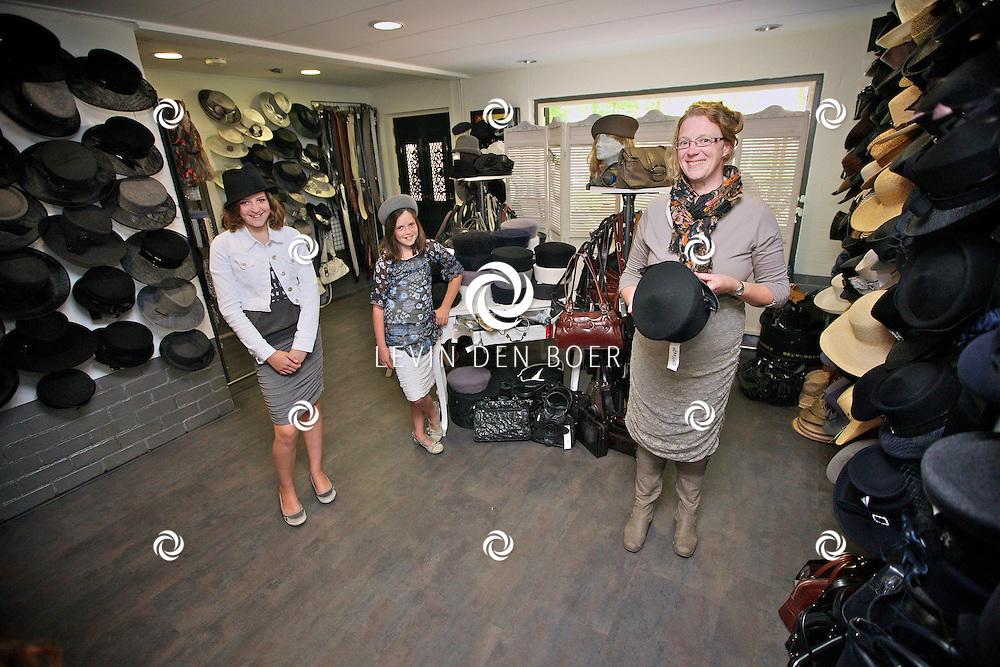 AALST - Mevrouw Rina van Heemskerk en haar dochters vlnr Heleen en Thamara staan in hun vernieuwde winkel t Geldersch Hoedenhuys. FOTO LEVIN DEN BOER - PERSFOTO.NU