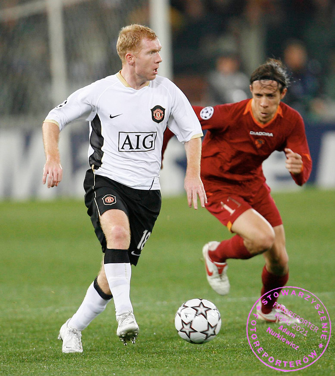 ROME 04/04/2007.UEFA CHAMPIONS LEAGUE.QUARTER FINAL , 1ST LEG.AS ROME v MANCHESTER UTD.PAUL SCHOLES OF MANCHESTER UTD BATTLES WITH TADDEI OF ROME.PIOTR HAWALEJ / WROFOTO