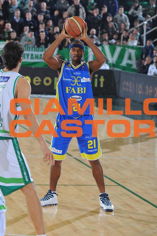 DESCRIZIONE : Avellino Campionato Lega A 2011-12 Sidigas Avellino Fabi Shoes Montegranaro<br /> GIOCATORE : Tariq Kirksay<br /> CATEGORIA : passaggio<br /> SQUADRA : Fabi Shoes Montegranaro<br /> EVENTO : Campionato Lega A 2011-2012<br /> GARA : Sidigas Avellino Fabi Shoes Montegranaro<br /> DATA : 22/01/2012<br /> SPORT : Pallacanestro<br /> AUTORE : Agenzia Ciamillo-Castoria/GiulioCiamillo<br /> Galleria : Lega Basket A 2011-2012<br /> Fotonotizia : Avellino Campionato Lega A 2011-12 Sidigas Avellino Fabi Shoes Montegranaro<br /> Predefinita :