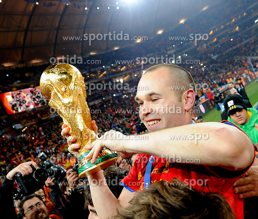 11.07.2010, Soccer-City-Stadion, Johannesburg, RSA, FIFA WM 2010, Finale, Niederlande (NED) vs Spanien (ESP) im Bild der goldene Torschütze Andres Iniesta mit dem Fussball Weltmeister Pokal, EXPA Pictures © 2010, PhotoCredit: EXPA/ InsideFoto/ Perottino *** ATTENTION *** FOR AUSTRIA AND SLOVENIA USE ONLY! / SPORTIDA PHOTO AGENCY