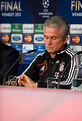 14.05.2013, Allianz Arena, Muenchen, GER, UEFA CL, FC Bayern Muenchen, Medientag, im Bild Trainer Jupp HEYNCKES (FC Bayern Muenchen) blickt zur Uhr // during the open media day of FC Bayern Munich in front of the UEFA Champions League Final 2013 held at the Alianz Arena, Munich, Germany on 2013/05/14. EXPA Pictures © 2013, PhotoCredit: EXPA/ Eibner/ Wolfgang Stuetzle..***** ATTENTION - OUT OF GER *****