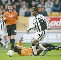Fotball<br /> Premier League England<br /> 29.11.2003<br /> Wolverhampton v Newcastle<br /> Titus Bramble - Newcastle<br /> Nathan Blake - Wolves<br /> Foto: Morten Olsen, Digitalsport