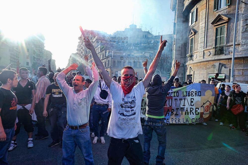 Roma, 2  Maggio 2013.Dopo lo sgombero del palazzo  a Tor Tre Teste, il movimento per il diritto all'abitare assedia il comitato elettorale del Sindaco Gianni Alemanno ritenuto responsabile dello sgombero.