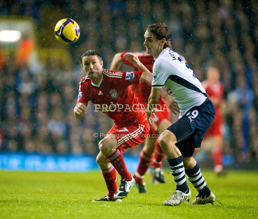 LONDON, ENGLAND - Saturday, November 1, 2008: Liverpool's Robbie Keane and Tottenham Hotspur's Jonathan Woodgate during the Premiership match at White Hart Lane. (Photo by David Rawcliffe/Propaganda)