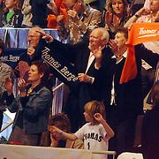 NLD/Hilversum/20070310 - 9e Live uitzending SBS Sterrendansen op het IJs 2007 de Uitslag, familie, ouders, broer en opa's en oma's op de tribune, juichend