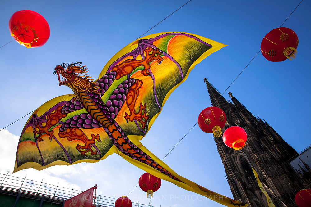 China festival on Roncalli square at the cathedral, dragon as decoration, Cologne, Germany.<br /> <br /> Chinafest auf dem Roncalliplatz am Dom, Drache als Dekoration,  Koeln, Deutschland