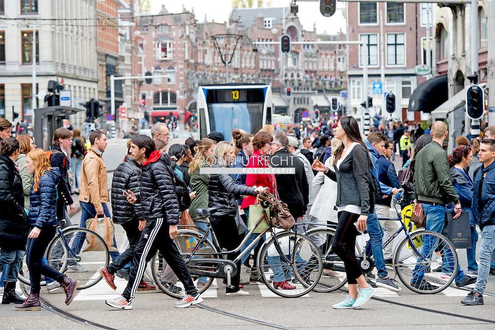 amsterdam - drukte toerist , toeristen , overvoll stad centrum . copyright robin utrecht