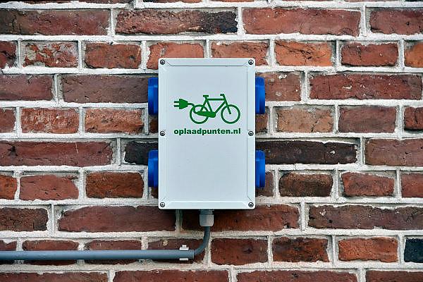 Nederland, Tubbergen, 13-11-2014Langs een toeristische fietstoute in Twente kan men de elektrische fiets opladen.FOTO: FLIP FRANSSEN/ HOLLANDSE HOOGTE