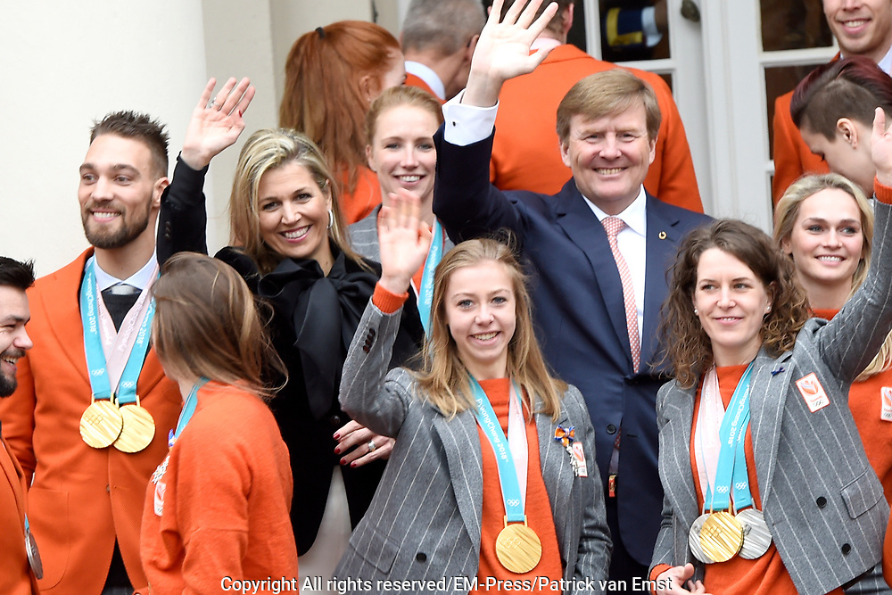 Een groepsfoto van de medaillewinnaars Winterspelen PyeongChang met  koning Willem-Alexander, koningin Máxima en prinses Margriet bij paleis Noordeinde <br /> <br /> A group photo of the medal winners Winter games PyeongChang with King Willem-Alexander, Queen Máxima and Princess Margriet at Noordeinde Palace