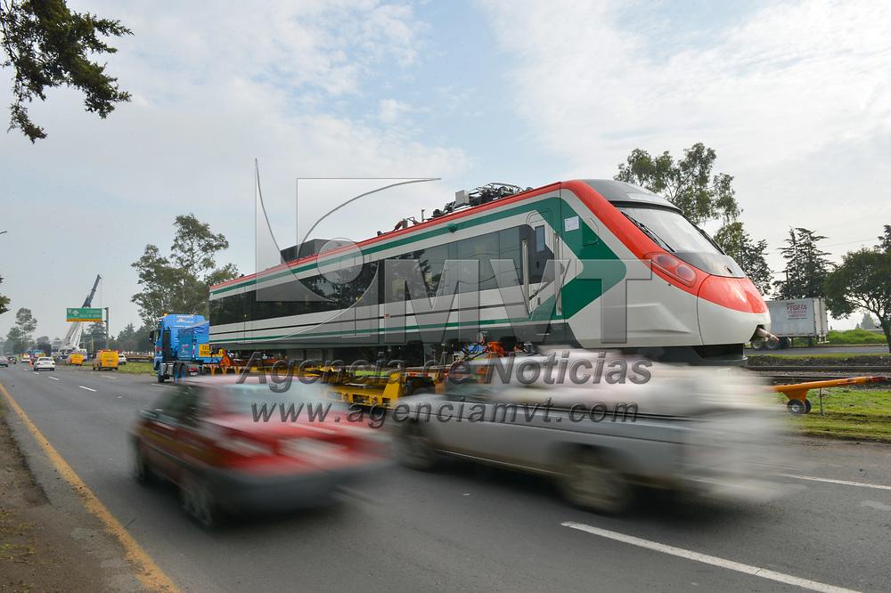 TOLUCA, Mexico.- Un tres del sistema interurbano Mexico Toluca fue recibido y trasladado a la central de Zinacantepec, por mas de tres horas se realizaron maniobras con gruas y plataformas para bajar del ferrocarril dos cabezas y cuatro vagones en el kilometro 5 de la carretera Toluca Atlacomulco. Agencia MVT / Mario Vazquez de la Torre.