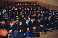 United Kingdom. Birmingham. Here, the traditional  Assembly  at the school of Small Heath, an area primarily populated by immigrants of the Indian sub-continent.  Even the Christian children must attend the Islamic assemblies.  Birmingham  United Kingdom     /  Ici,  l'Assembly  traditionnelle à l'école de Small Heath, un quartier peuplé majoritairement par les immigrés du sous-continent indien. Même les enfants chrétiens doivent assister aux assemblées islamiques.  Birmingham  Grande Bretagne