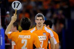 09-07-2010 VOLLEYBAL: WLV NEDERLAND - ZUID KOREA: EINDHOVEN<br /> Nederland verslaat Zuid Korea met 3-1 / Rob Bontje wissel Nico Freriks<br /> ©2010-WWW.FOTOHOOGENDOORN.NL
