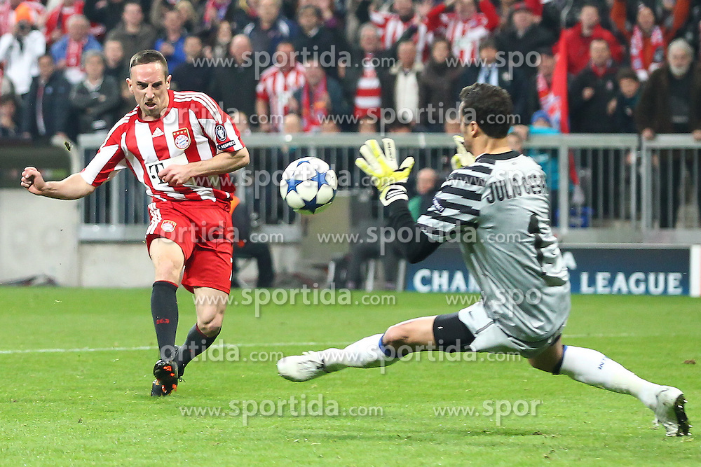 15.03.2011, Allianz Arena, Muenchen, GER, UEFA CL Viertelfinale, FC Bayern Muenchen vs Inter Mailand, im Bild Franck Ribery (Bayern #7) und Julio Cesar (Mailand #1)  , EXPA Pictures © 2011, PhotoCredit: EXPA/ nph/  Straubmeier       ****** out of GER / SWE / CRO  / BEL ******