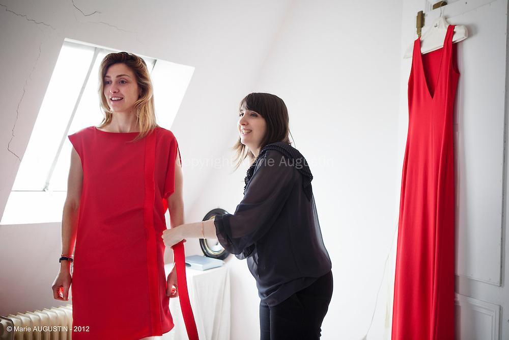 """Rencontre de Delphine Josse, créatrice de la marque """"7 robes"""" avec Julie Gayet, Nadia Turincev et de Joséphine Schroeder de la maison de production """"Rouge International"""". Séance d'essayage pour la montée des marches du Festival de Cannes le 2 mai 2012."""