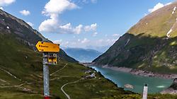 THEMENBILD - ein Wanderwegweiser, aufgenommen am 15. Juni 2017, Kaprun, Österreich // A hiking trail signpost on 2017/06/15, Kaprun, Austria. EXPA Pictures © 2017, PhotoCredit: EXPA/ Stefanie Oberhauser