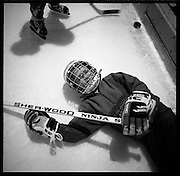 The Russian Years: les années glorieureuses du HC Fribourg Gottéron. Le HC FRibourg Gpttéron, un petit club régional de hockey sur glace, vecut plusieures saisons speactaculaires avec l'arrivée de Slava Bykov et Andrei Chomutov, les meilleures joueurs de hockey du monde russes.- et les premiers à pouvoir quitter l'union soviétique pour évoluer à l'étranger. Trois fois champions du monde avec l'équipe nationale soviétique et le club de Spartak Moscow, leur arrivée en Suisse présagait la chute du rideau de fer.  © Romano P. Riedo Piccolos, mini, juniors: hockey school, Eishockey-schule, école de hockey sur les traces des idoles.