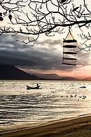 Silhueta de barco e pescador na Praia da Tapera ao por do sol. Florianópolis, Santa Catarina, Brasil. / Silhouette of a boat and fisherman at Tapera Beach at sunset. Florianopolis, Santa Catarina, Brazil.