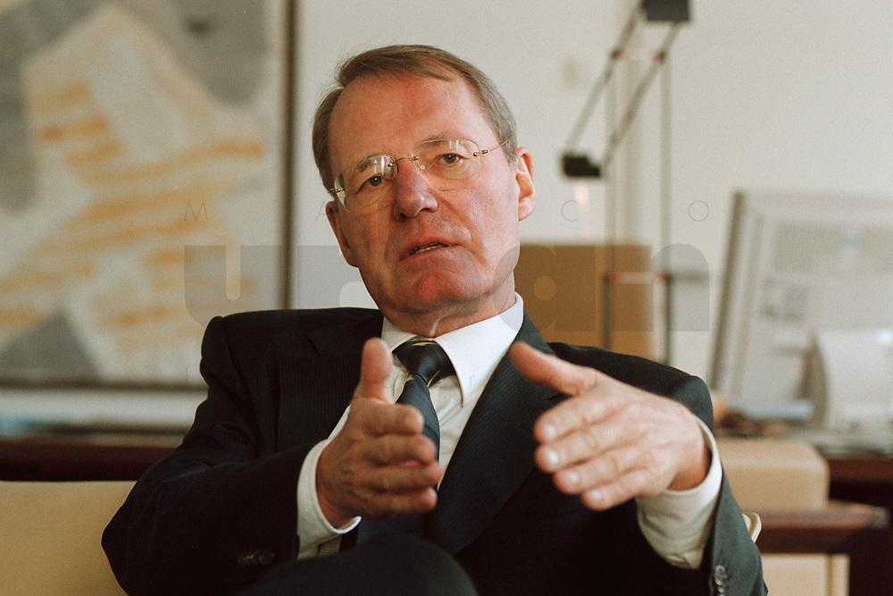 13 JAN 2000, BERLIN/GERMANY:<br /> Hans-Olaf Henkel, Präsident des Bundesverbandes der Deutschen Industrie, BDI, während einem Interview in seinem Büro<br /> Hans-Olaf Henkel, President of the Federalassociation of the German Industrie, during an interview, in his office<br /> IMAGE: 20000113-01/01-09