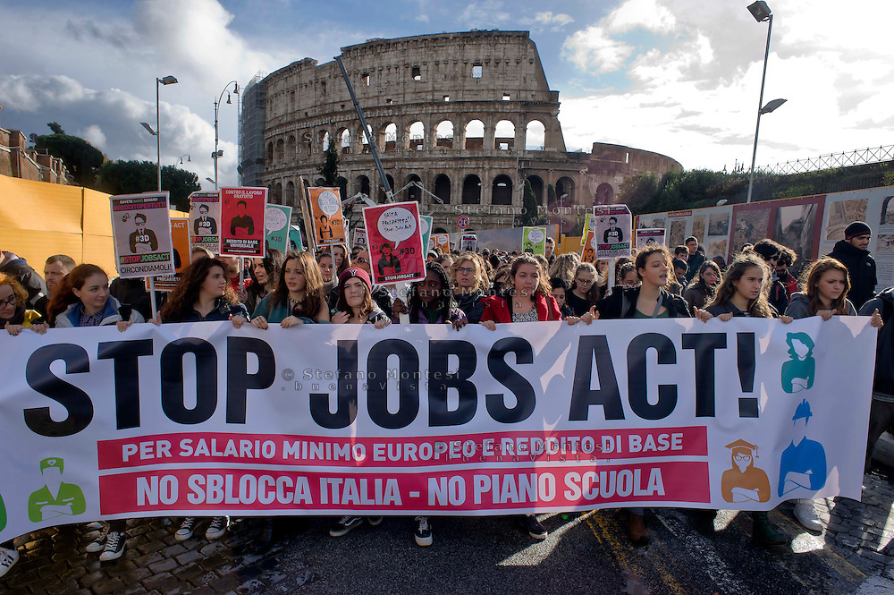 Roma 3 Dicembre 2014<br /> Manifestazione  di precari, studenti e il sindacato Cobas contro il Jobs Act in centro a Roma. Il corteo ha  tentato di arrivare al Senato dove  iniziato il dibattito  sul provvedimento ma è stato fermato dalla polizia.<br /> Rome December 3, 2014<br /> Demostration of temporary workers, students and the union Cobas against the Jobs Act in downtown Rome. The procession attempted to get to the Senate, where the debate began on the measure but was stopped by the police.