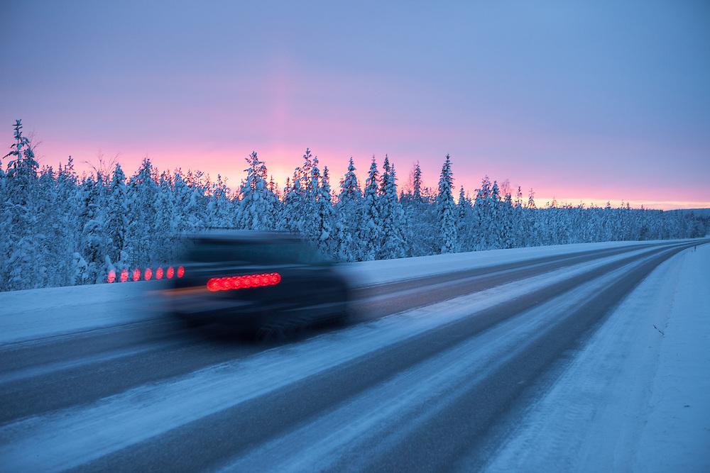 FINNLAND - Lappland - REISE/Travel; Region um Kittilä im Norden Lapplands; Skigebiete, Winter, Schnee; Die Region Ylläs in Lappland besteht aus sieben Fjälls, wobei der Ylläs-Fjäll.mit 718 Metern einer der höchsten in Lappland ist. HIER: Landstraße morgens um 10; Sonnenaufgang; Verkehr, Autos und Mensch, Kälte; Schnee und Eis; Ylläs, 16.01.2011
