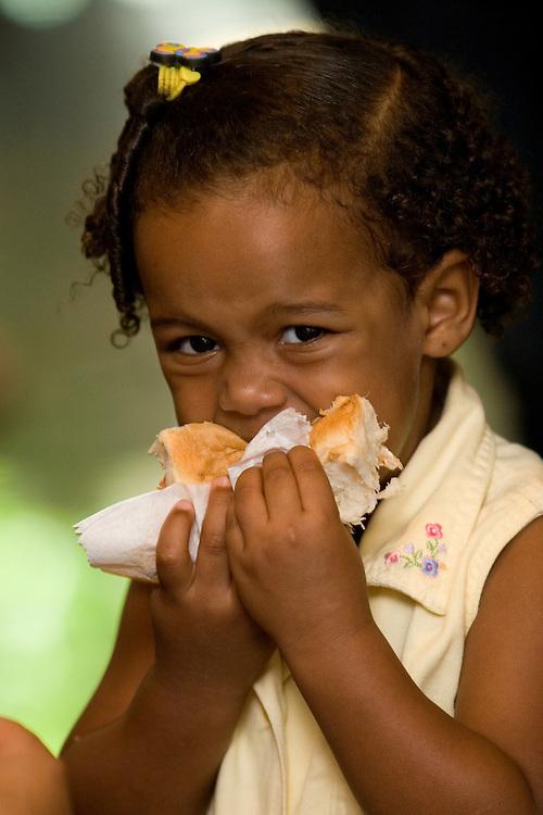 Belo Horizonte_MG, Brasil...Crianca comendo um cachorro quente...A child eating a hot dog...Foto: VICTOR SCHWANER /  NITRO