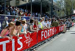 15-04-2007 ATLETIEK: FORTIS MARATHON: ROTTERDAM<br /> In Rotterdam werd zondag de 27e editie van de Marathon gehouden. De marathon werd rond de klok van 2 stilgelegd wegens de hitte en het grote aantal uitvallers / Publiek bij de Marathon<br /> ©2007-WWW.FOTOHOOGENDOORN.NL