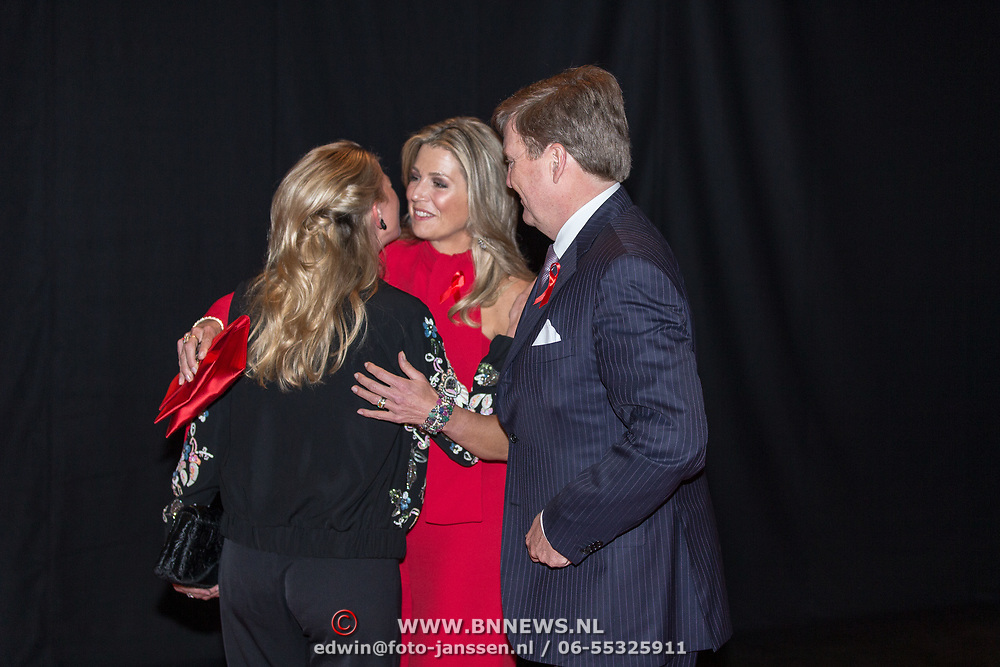 NLD/Amsterdam/20180516 - Koningspaar bij Red Ribbon Concert, Koning Willem Alexander en Koningin Maxima begroeten prinses Mabel