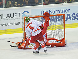 27.09.2015, Stadthalle, Klagenfurt, AUT, EBEL, EC KAC vs HCB Suedtirol, im Bild das Siegestor des HCB durch McMonagle Sean (HCB Suedtirol #6), Pekka Tuokkola (EC KAC, #83) // during the Erste Bank Eishockey League match betweeen EC KAC and HCB Suedtirol at the City Hall in Klagenfurt, Austria on 2015/09/27. EXPA Pictures © 2015, PhotoCredit: EXPA/ Gert Steinthaler