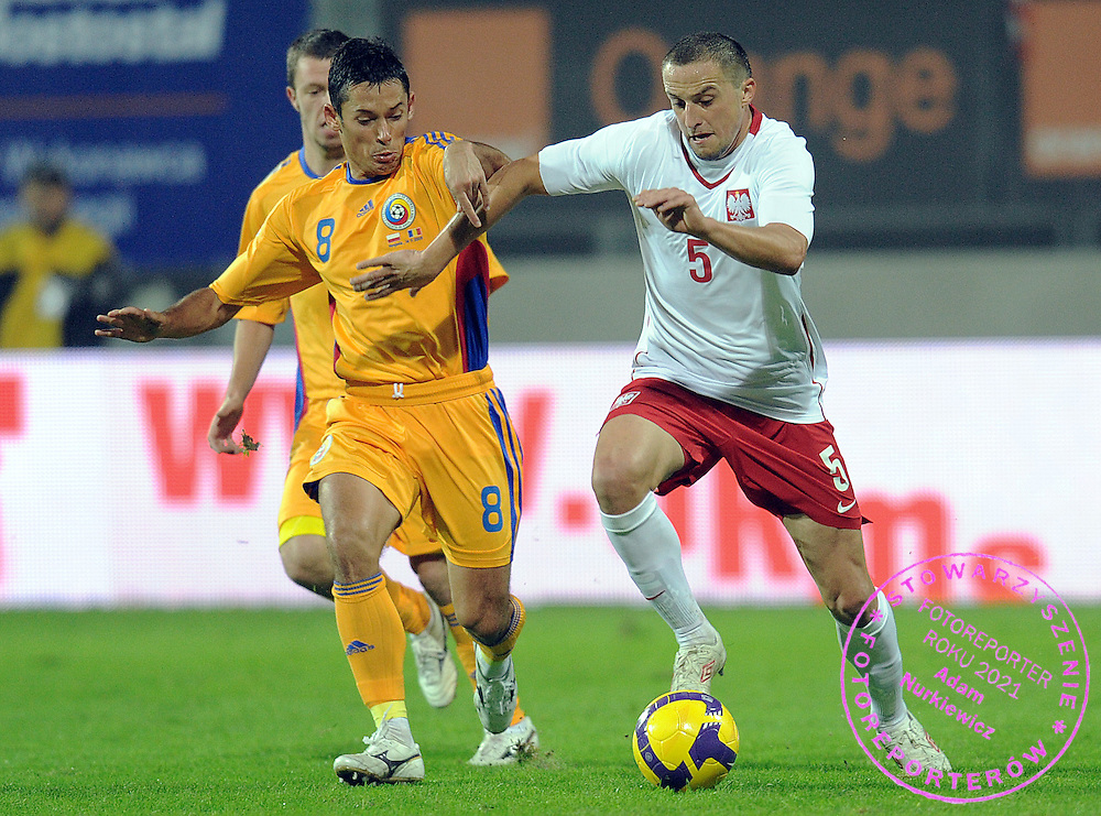 (L) PAUL CORDEA (ROMANIA) & (R) DARIUSZ DUDKA (POLAND) FIGHT FOR THE BALL DURING FRIENDLY SOCCER MATCH BETWEEN POLAND AND ROMANIA AT THE LEGIA STADIUM IN WARSAW , POLAND...POLAND , WARSAW , NOVEMBER 14, 2009..( PHOTO BY ADAM NURKIEWICZ / MEDIASPORT )..PICTURE ALSO AVAIBLE IN RAW OR TIFF FORMAT ON SPECIAL REQUEST.