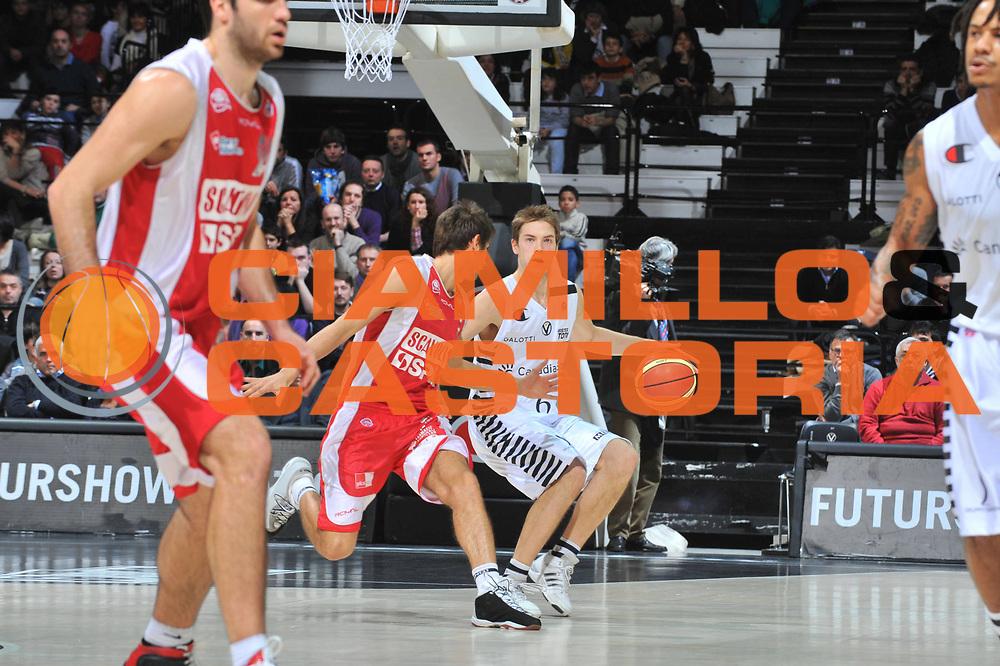 DESCRIZIONE : Bologna Lega A 2009-10 Basket Canadian Solar Bologna Scavolini Spar Pesaro<br /> GIOCATORE : Petteri Koponen<br /> SQUADRA : Canadian Solar Bologna<br /> EVENTO : Campionato Lega A 2009-2010<br /> GARA : Canadian Solar Bologna Scavolini Spar Pesaro<br /> DATA : 10/01/2010<br /> CATEGORIA : Palleggio<br /> SPORT : Pallacanestro<br /> AUTORE : Agenzia Ciamillo-Castoria/M.Gregolin<br /> Galleria : Lega Basket A 2009-2010 <br /> Fotonotizia : Bologna Campionato Italiano Lega A 2009-2010 Canadian Solar Bologna Scavolini Spar Pesaro<br /> Predefinita :