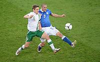FUSSBALL  EUROPAMEISTERSCHAFT 2012   VORRUNDE Italien - Irland                       18.06.2012 Kevin Doyle (li, Irland) gegen Giorgio Chiellini (re, Italien)