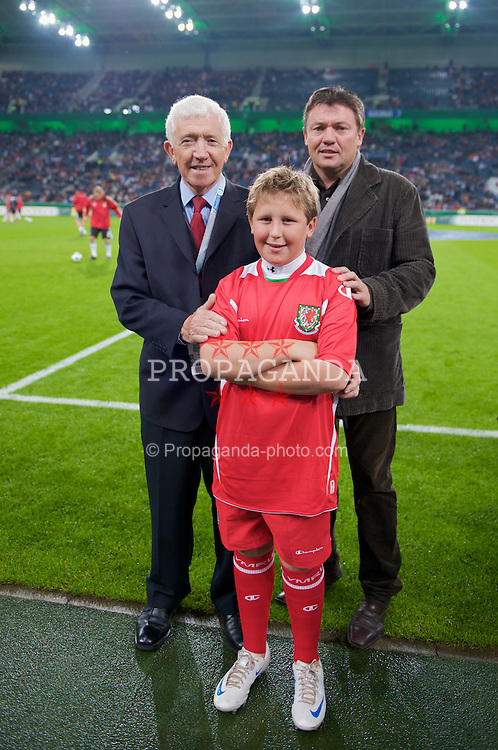 MONCHENGLADBACH, GERMANY - Wednesday, October 15, 2008: Wales' Matt Southall with his son and grandson during the 2010 FIFA World Cup South Africa Qualifying Group 4 match against Germany at the Borussia-Park Stadium. (Photo by David Rawcliffe/Propaganda)