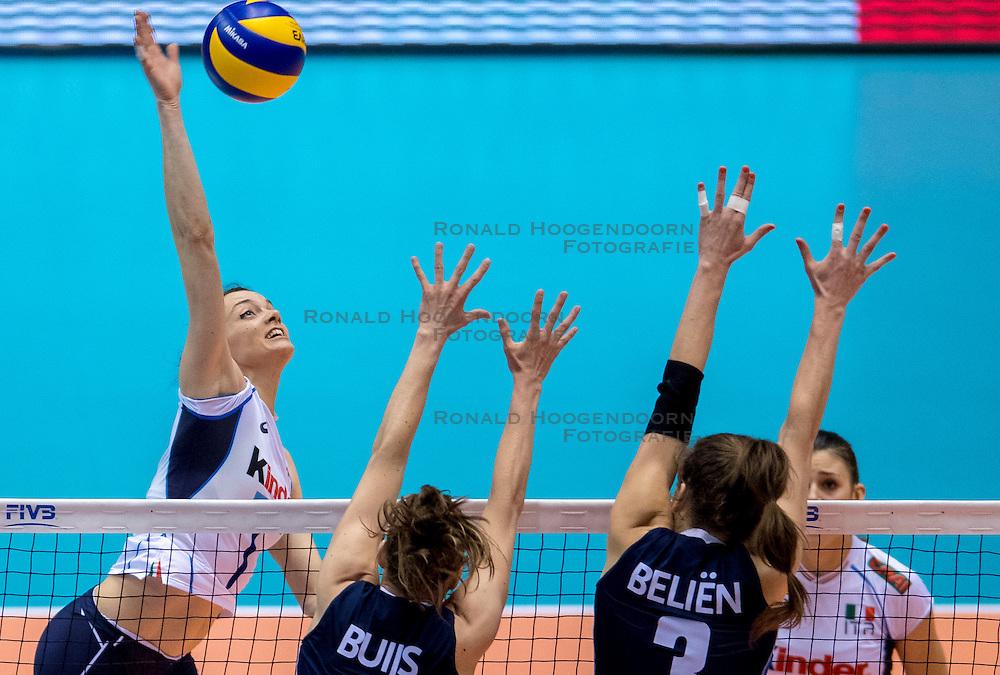20-05-2016 JAP: OKT Italie - Nederland, Tokio<br /> De Nederlandse volleybalsters hebben een klinkende 3-0 overwinning geboekt op Itali&euml;, dat bij het OKT in Japan nog ongeslagen was. Het met veel zelfvertrouwen spelende Oranje zegevierde met 25-21, 25-21 en 25-14 / Serena Ortolani, Anne Buijs #11, Yvon Belien #3
