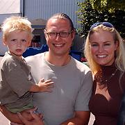 Premiere de kleine Zeemeermin voorstelling Dolfinarium Harderwijk, Dennis Mulder met zoon en Marit van Bohemen