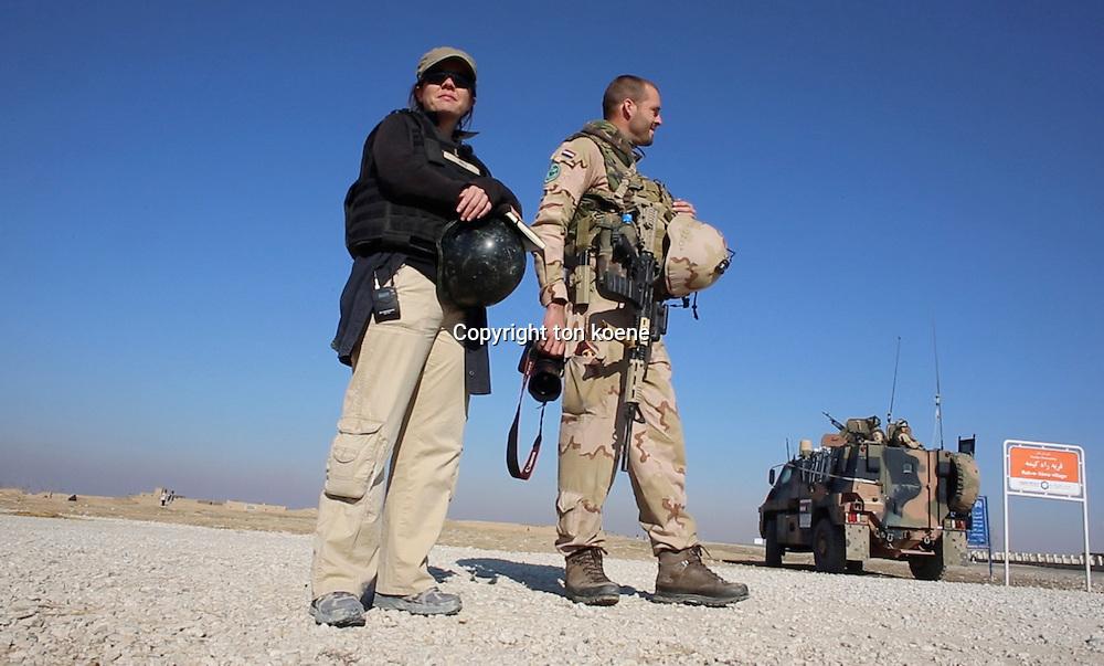 Natalie righton, correspondent van de Volkskrant Afghanistan aan het werk. Ze bezoekt de nederlandse troepen in Kunduz en gaat mee op patrouille.<br /> VOOR EEN ARTIKEL VAN NATALIE RIGHTON, FOTO TON KOENE.