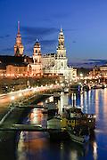 Blick über die Elbe auf barocke Altstadt, Brühlsche Terrasse, Schiffe Weiße Flotte bei Dämmerung, Dresden, Sachsen, Deutschland.|.Dresden, Germany, View on river Elbe and historic city of Dresden at night