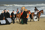 De historische landing van prins Willem Frederik, de latere Koning Willem I, die op het strand van Scheveningen wordt nagespeeld in het kader van de viering van 200 jaar koninkrijk<br /> <br /> The historic landing of Prince Willem Frederik, later King William I, on the beach of Scheveningen is re-enacted in the context of the celebration of 200 years kingdom<br /> <br /> Op de foto / On the photo:  Sfeerbeeld van de historische landing / the historic landing