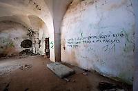 Stanzone della parte meglio conservata della masseria in zona Itri a Gallipoli (LE). Oggi queste stanze vengono usate da persone che cercano un luogo appartato e si possono vedere i segni lasciati dalle varie scorribande di vandali.