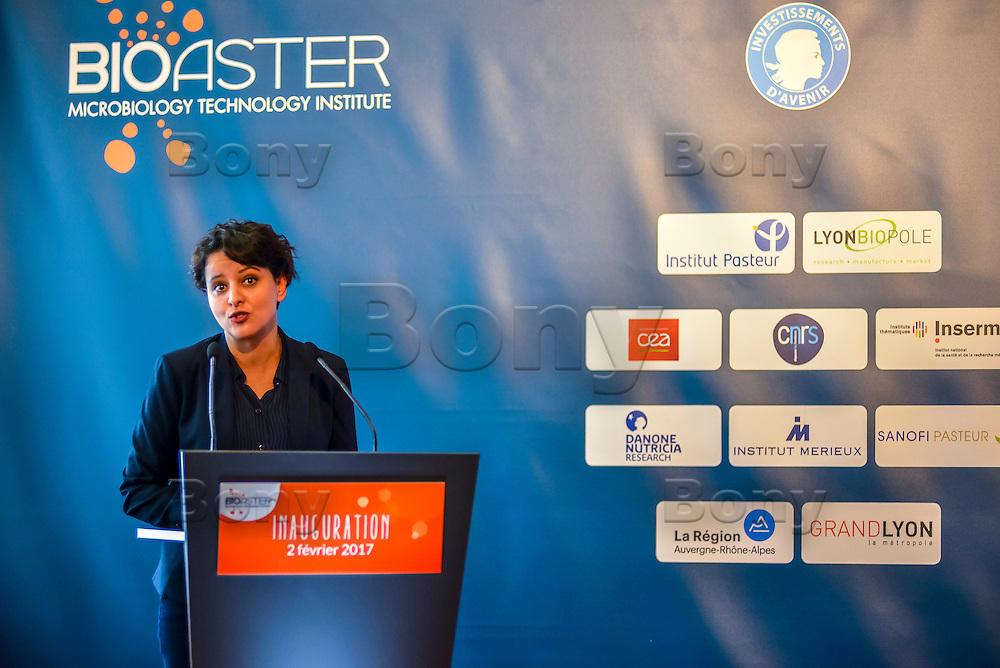 Najat VALLAUD-BELKACEM<br /> BIOASTER, le premier institut dedie a l'innovation technologique en microbiologie, pour favoriser et accelerer des projets innovants et ambitieux dans le domaine de la sante.<br /> <br /> Apres plusieurs mois de retard et l&rsquo;intervention de la ministre de la Recherche, l&rsquo;unique Institut de recherche technologique dedie a la sant&eacute; a enfin demarrer. <br /> Ses fondateurs, de prestigieux industriels, des organismes publics et un college de PME, devront collaborer ensemble sur des projets de recherche.Au lendemain de sa nomination comme 1er ministre, Bernard Cazeneuve avait visite le laboratoire.C&rsquo;est aujourd&rsquo;hui Najat VALLAUD-BELKACEM, ministre de l&rsquo;Education nationale, de l&rsquo;Enseignement superieur et de la Recherche, et Thierry MANDON, secretaire d&rsquo;Etat charge de l&rsquo;Enseignement superieur et de la Recherche, qui inauguraient cet IRT.<br /> Ils etaient accompagnes de Louis SCHWEITZER, commissaire general a l&rsquo;Investissement.<br /> BIOASTER s&rsquo;inscrit dans une optique de developpement economique et industriel. <br /> Il a pour ambition d&rsquo;ancrer les industries de la sante sur le territoire national, de faire emerger des Entreprises de Taille Intermediaire (ETI) et de contribuer a la formation de personnels specialises, avec a terme, plusieurs centaines de chercheurs sur les filieres biotechnologiques de demain pour repondre aux enjeux de sante publique.<br /> <br /> La Fondation de Cooperation Scientifique BIOASTER  est composee de 8 membres Fondateurs : Lyonbiopole et l&rsquo;Institut Pasteur, Sanofi, Institut Merieux, Danone Research, l&rsquo;INSERM, le CNRS, le CEA. <br /> Le Conseil d&rsquo;Administration constitutif de la Fondation de Cooperation Scientifique BIOASTER est elu pour une duree de 3 ans renouvelable :<br /> <br /> President : Alain M&eacute;rieux, President de l&rsquo;Institut Merieux - <br /> Vice-President : Philippe Archinard, President de Lyonbiopole, PD
