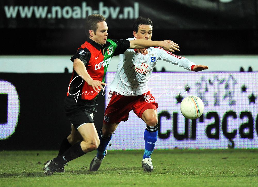 18-02-2009: voetbal: NEC - Hamburger SV: Nijmegen: UEFA Cup<br /> Ramon ZOMER (L) houdt Piotr TROCHOWSKI (R) van de bal<br /> Fotograf: Geert van Erven