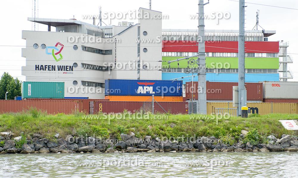 THEMENBILD - Bootfahrt auf der Donau und Donaukanal in Wien. das Bild wurde am  30. Juli 2012 aufgenommen. im Bild Hafen Wien // THEME IMAGE FEATURE - boating on danube and danubechannel in vienna. The image was taken on july, 30, 2012. Picture shows Harbour Vienna, AUT, EXPA Pictures © 2012, PhotoCredit: EXPA/ M. Gruber