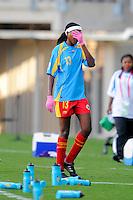 Fussball Frauen FIFA U 20  Weltmeisterschaft 2008    20.11.2008 Kongo - Deutschland       Kogo DR - Germany Caroline WANJALE (COD) traegt trotz sommerlicher Hitze pinke Handschuhe, verlaesst traurig den Platz.