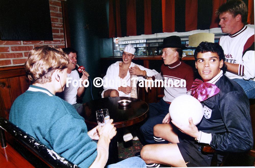 14.8.1994, Pori, Finland<br /> FC Jazzin polttariporukka Timo J&auml;rvenp&auml;&auml;n radiohaastattelussa, vasemmalta Tommi Koivistoinen, Rami Nieminen &amp; Piracaia.