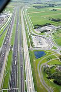 Nederland, Zuid-Holland, Nieuwe Wetering, 08-09-2006;   HSL voltooid, infrstructuurbundel: na de Haarlemmemeer gaat de HSL richting Leiderdorp, hogesnelheidslijn ligt parallel aan (en rechts van) autosnelweg A4; in het midden en links bedrijventerreinen en nieuwe lokale wegen, asfalt, rotonde, wegverkeer; bouw, transport, infrastructuur, verkeer en vervoer, mobiliteit, Hogesnelheidslijn, spoor, rail, TGV, planologie, ruimtelijke ordening, landschap; ;zie ook panorma foto's van deze lokatie; deel van de serie Panorama Nederland; luchtfoto (toeslag); aerial photo (additional fee required); .foto Siebe Swart / photo Siebe Swart