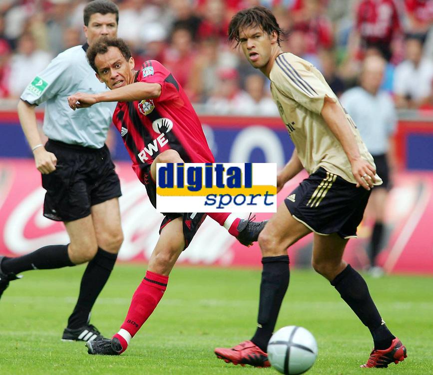 Fotball<br /> Foto: Witters/Digitalsport<br /> NORWAY ONLY<br /> <br /> Bundesliga 2004/2005<br /> v.l. Franca - Michael Ballack Bayern<br /> Bundesliga Bayer 04 Leverkusen - FC Bayern M&uuml;nchen 4:1