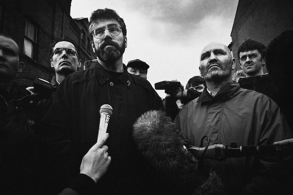 Gerry Adams, président du Sinn Féin, négocie avec les force armées britanniques avant le passage jugé provocateur d'une parade Orangiste dans un bastion catholique.