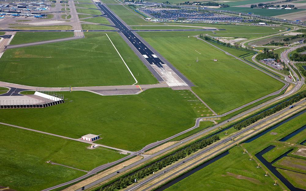 Nederland, Noord-Holland, Schiphol, 12-05-2009; Buitenveldertbaan, rechts onder het midden spottersplaats met McDonald's en op het tweede plan parkeerterrein voor lang parkeren. Linksboven deel van terminal.Swart collectie, luchtfoto (toeslag); Swart Collection, aerial photo (additional fee required).foto Siebe Swart / photo Siebe Swart